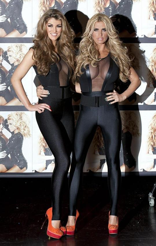 Amy Willerton (vlevo) se stala vítězkou reality show Signed by Katie Price.