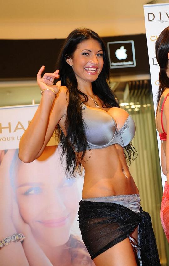 Julie Zugarová má prsa číslo šest a chce větší.