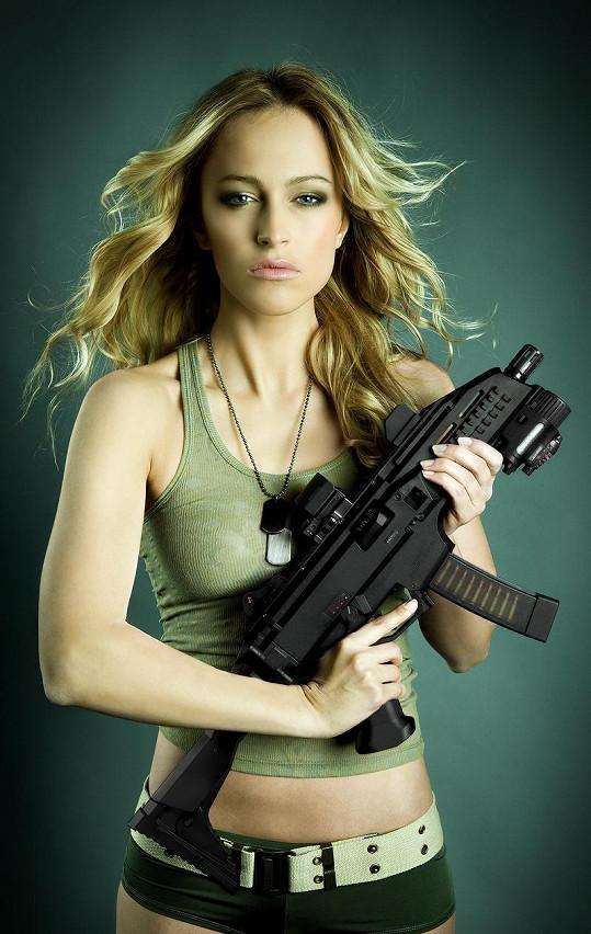 Renata Langmannová je se zbraní v ruce pořádně sexy.