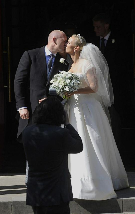 Královnina vnučka Zara a její manžel Mike.