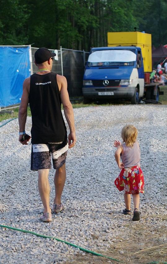 Matěj Homola svérázným způsobem vede svou dcerku Lauru k samostatnosti.