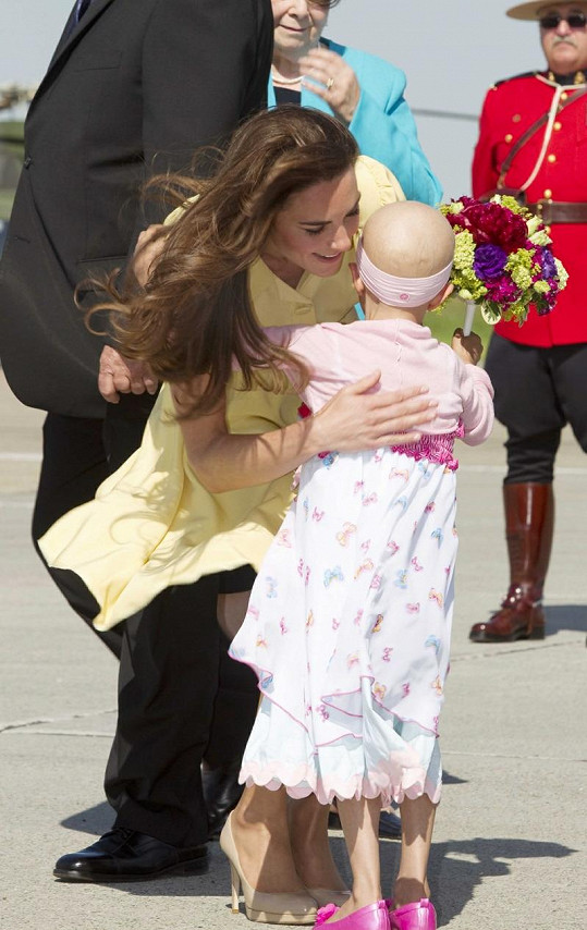 Nemocná Diamond přinesla princezně květiny.