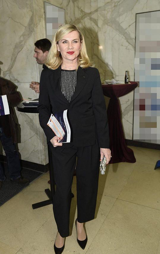 Zpěvačka Leona Machálková vyrazila v černém obleku s flitrovanou halenkou.