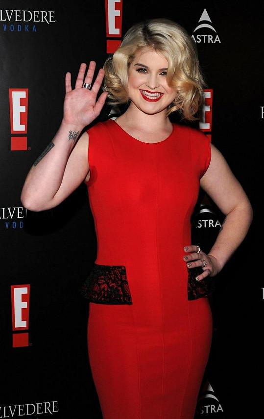 Kelly Osbourne na červeném koberci.