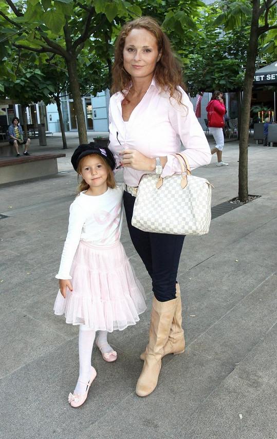 Malá Christel měla stejně nalakované nehtíky jako její maminka.