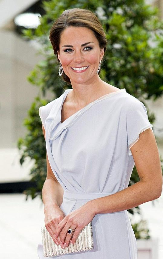 Kate v šatech od návrhářky Roksandy Ilincic.