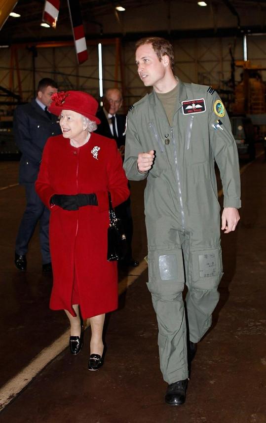 Pilot princ William ukazuje babičce své pracoviště.