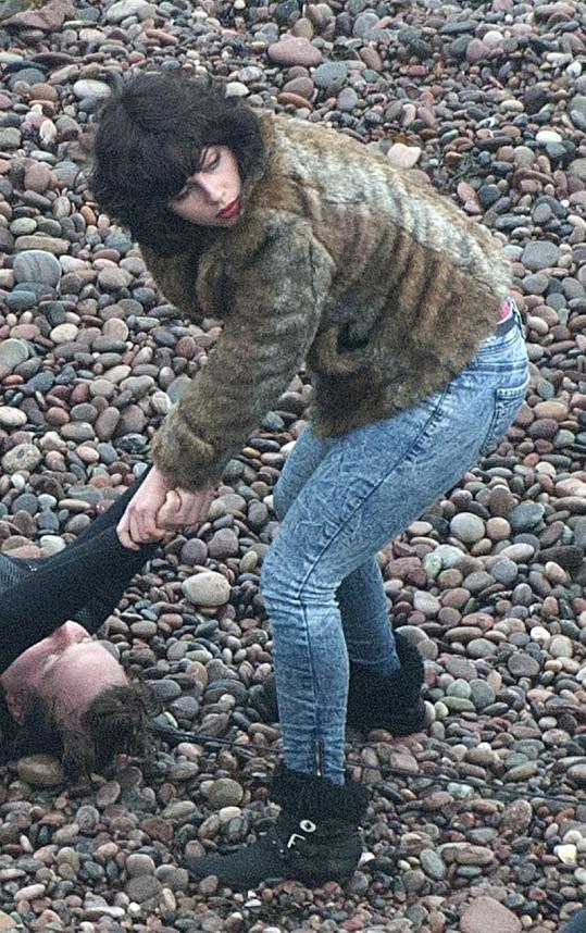Scarlett ve filmu představuje sexuální vražednici z jiného světa.
