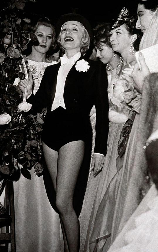 Marlene se za své nohy nestyděla ani po šedesátce.