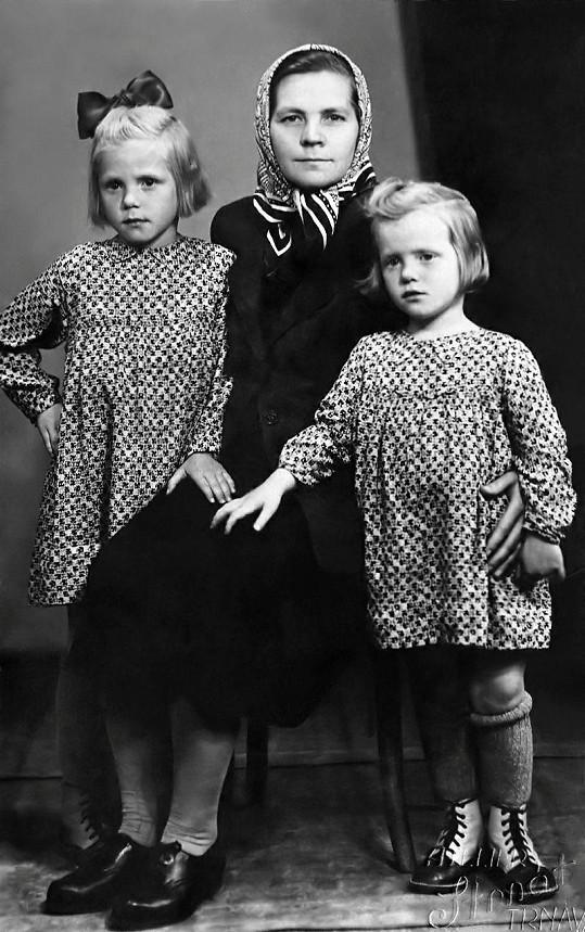 Eva Kostolányiová (vlevo) s maminkou a sestrou Valeriou.