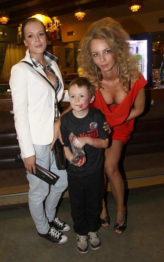 Režisérka Ivanna Benešová s Andreou Kerestešovou a představitelem hlavního hrdiny v mladším věku. Pořádně se vyprsila.