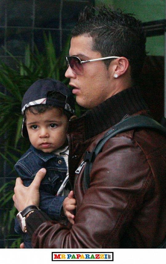 Cristiano Ronaldo se svým kouzelným potomkem.