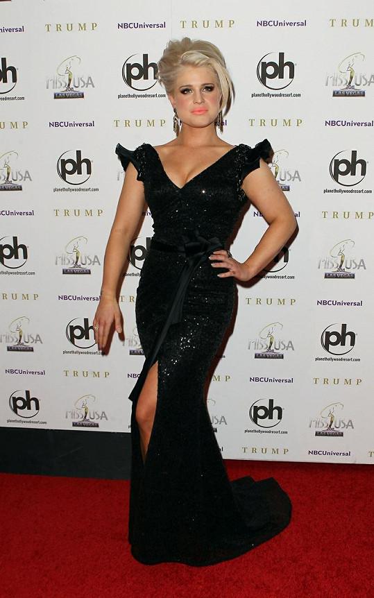 Dáma v černém: Nesmírně elegantní Kelly na finálovém večeru Miss USA.
