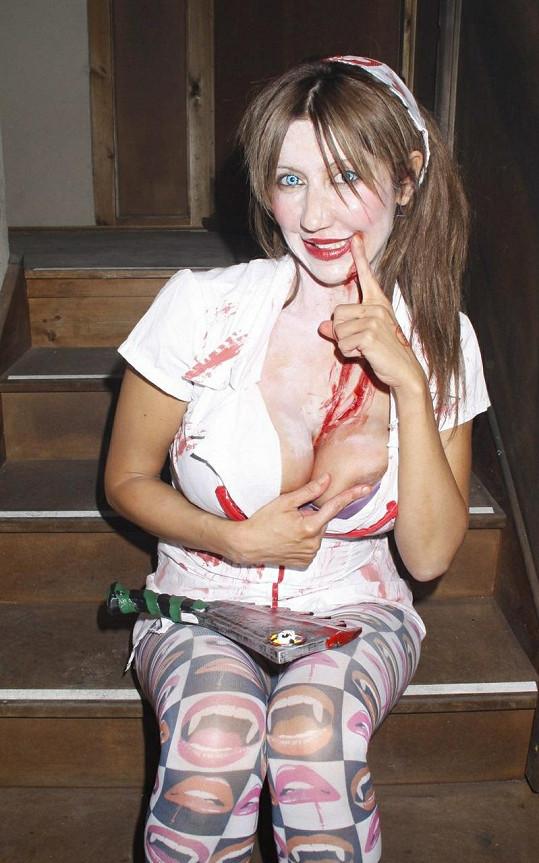 Sally Anne loni na halloweenské party.