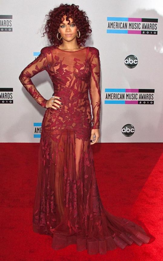 Nepřijdou vám také Rihanniny šaty z American Music Awards 2010 velmi podobné těm, které oblékla Jessie J?