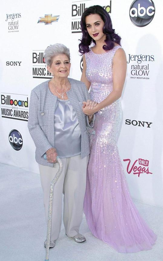 Zpěvačku, která se rozvádí s hercem Russellem Brandem, doprovodila její babička Ann Hudson. Katy se nechala slyšet, že její doprovod je žhavější než místní počasí.