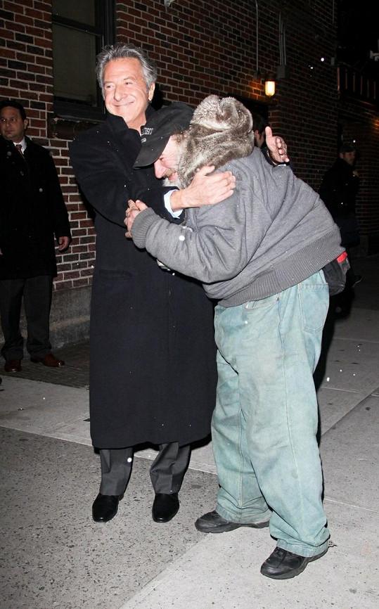 Dustin Hoffman se známým newyorským bývalým bezdomovcem.