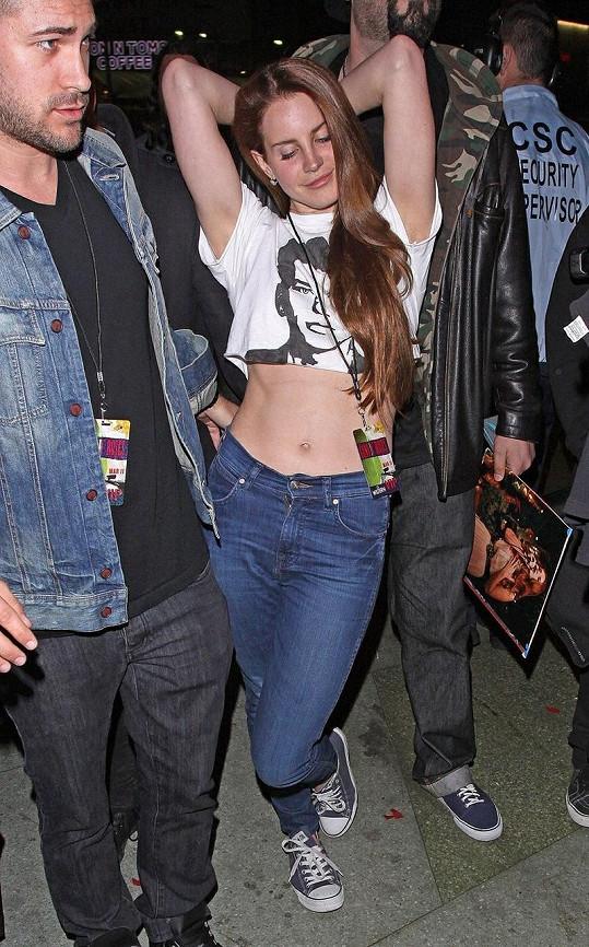 Lana Del Rey se pořádně odvázala. Tančit nepřestala ani ve chvíli, kdy odcházela z koncertu.
