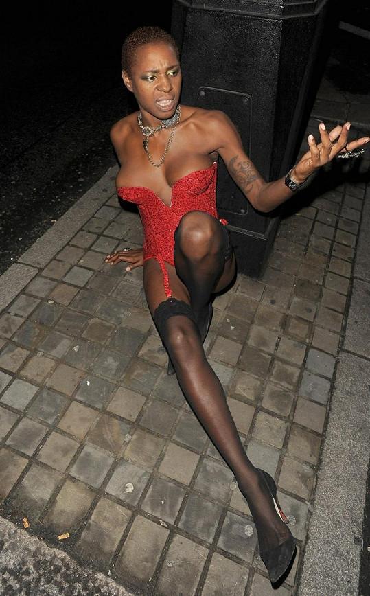Sonique v podnapilém stavu nezvládla chůzi na podpatcích a upadla.