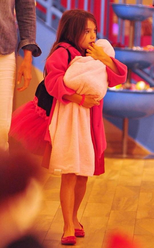 Roztomilá Suri si miminko hlídala jako vlastní.