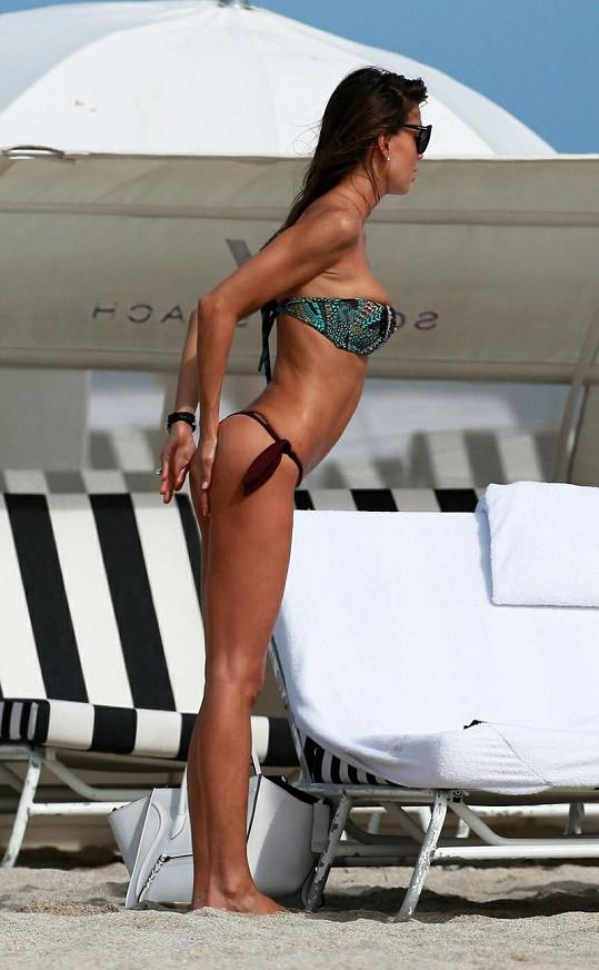 Claudia na pláži na Floridě.