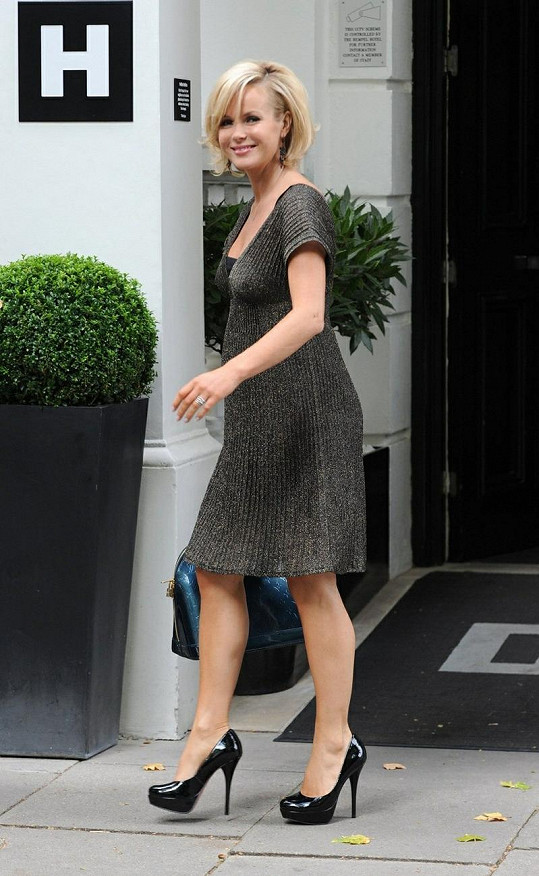 Amanda Holden zůstává usměvavá i přes nepřízeň osudu.