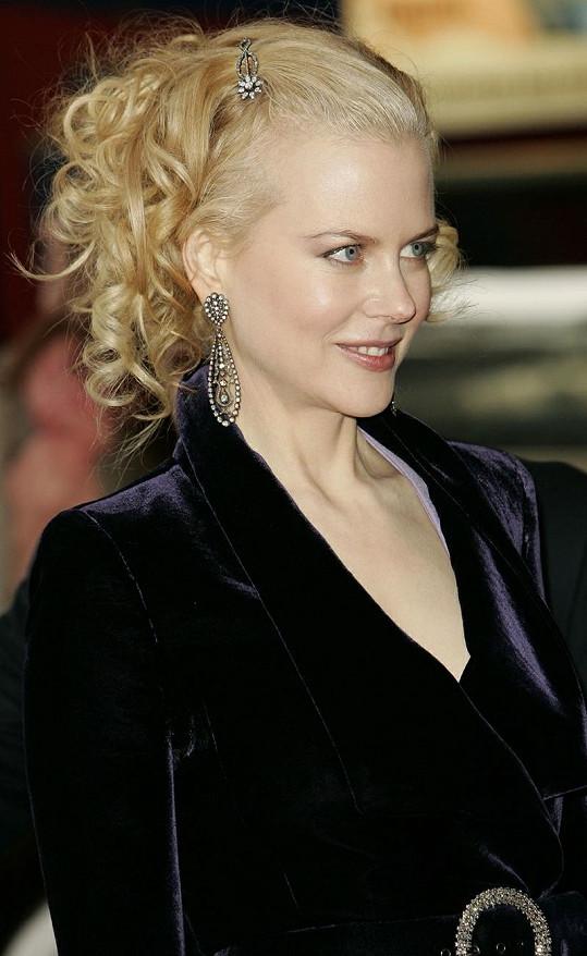 Nicole jako blondýnka.