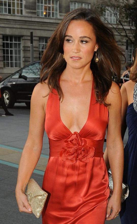 Pippa Middleton byla v červených šatech neuvěřitelně elegantní a půvabná.