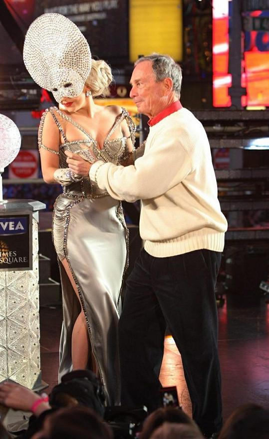 Michael Bloomberg a Lady Gaga tančí na Sinatrův hit New York.
