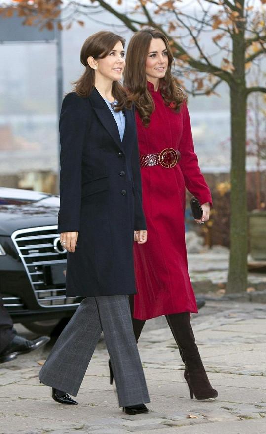 Dvě budoucí královny vypadají jako sestry.