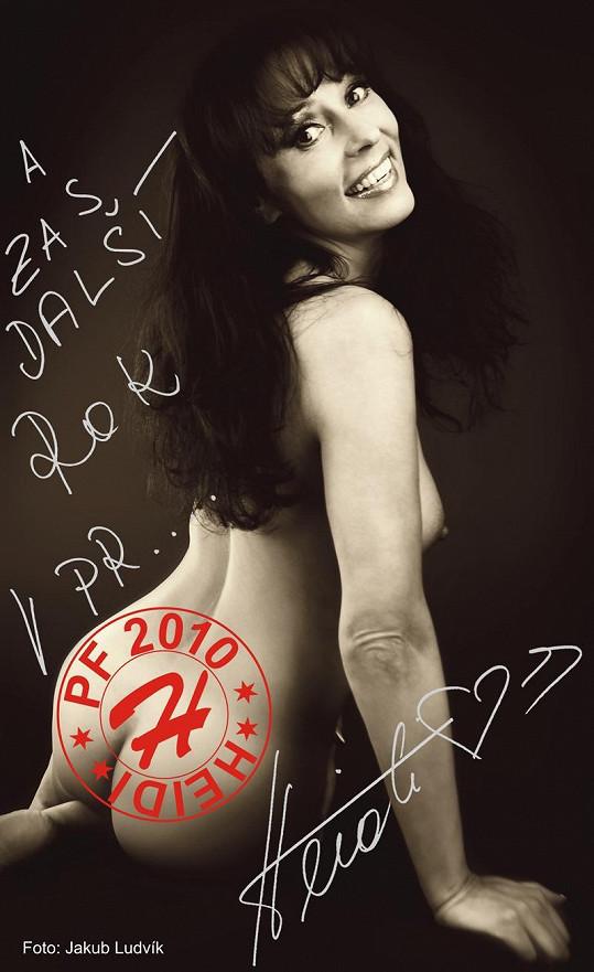 Loni se nechala do kalendáře vyfotit nahá.
