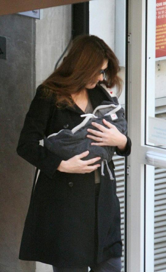 Carla Bruni odnáší dcerku z porodnice.
