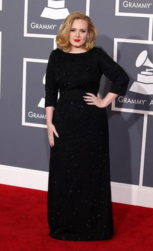 Adele od Lagerfelda dostala kolekci luxusních kabelek.