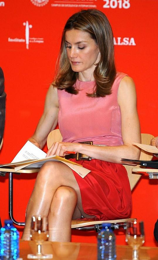 Princezna Letizia neuhlídala sukni.