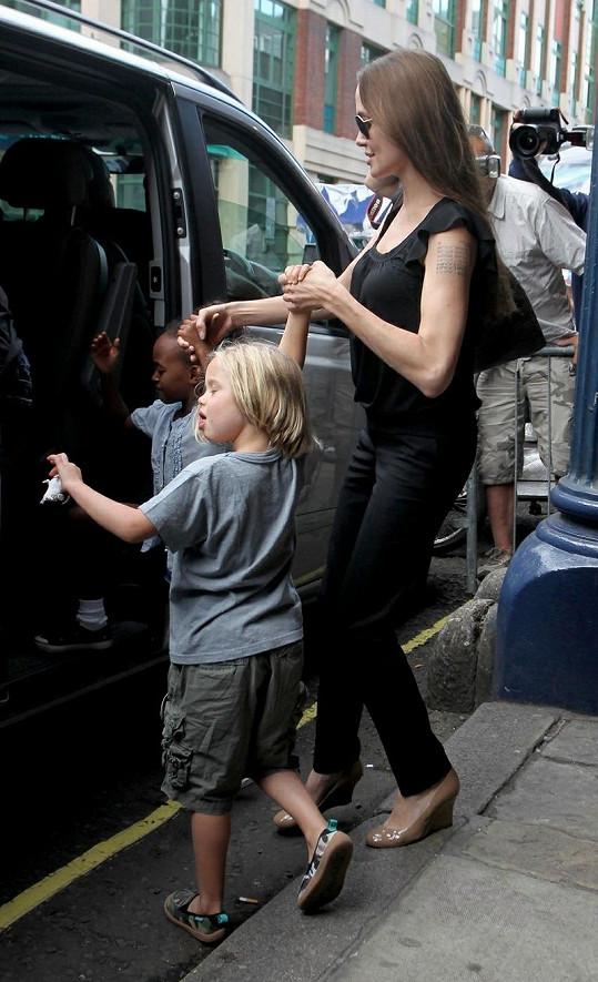 Shiloh a Angelina nastupují do auta.