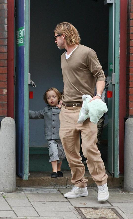 Brad Pitt vychází z kina.