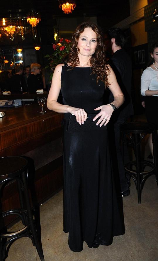 Markéta Hrubešová s tmavým přelivem v dlouhých tmavých šatech.