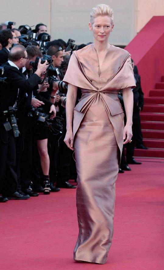 Na premiéru snímku Království vycházejícího měsíce, který festival zahajoval, dorazila jedna z hlavních představitelek snímku Tilada Swinton v šatech měděné barvy od Haidera Ackermanna. Hollywoodská diva je návrháři věrná, v posledních třech letech oblékala v Cannes výhradně jeho modely.