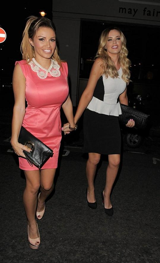 Gemma Massey (vlevo) a Maria Fowler přicházejí ještě za střízliva do strip baru.