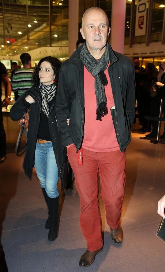 Jako rudý ledoborec rozrážel Ondřej Soukup novináře. Jeho kalhoty z manšestru, bavlněná mikina příbuzné barvy, bunda a šála rozhodně nekorespondovaly s typem akce.