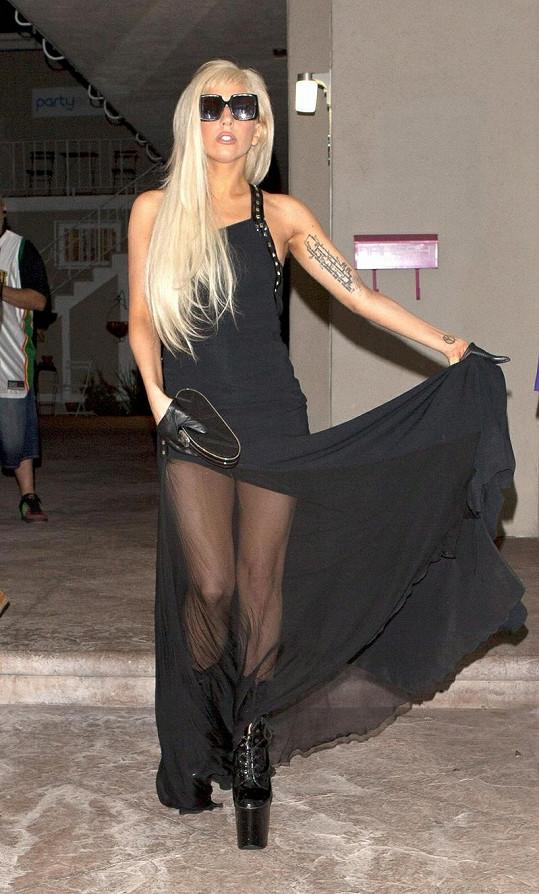 Gaga v elegantních černých šatech.