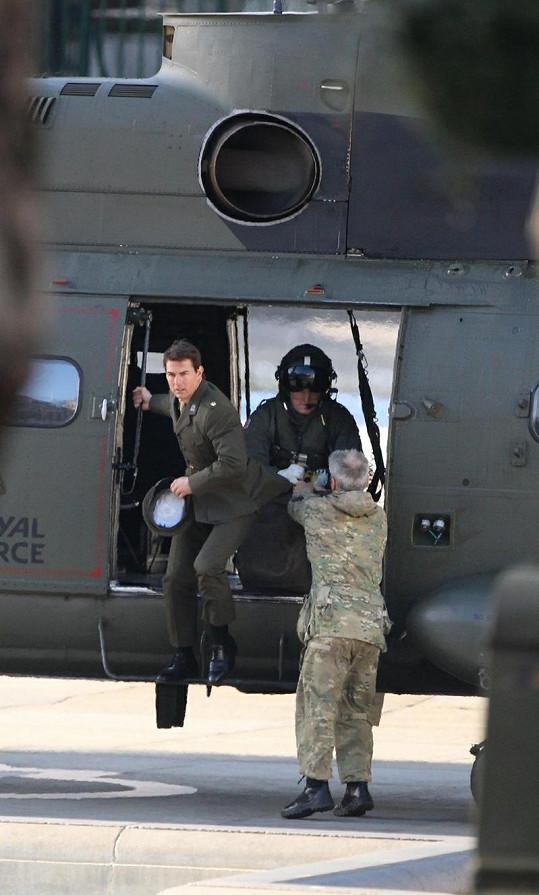 Tom Cruise na Trafalgarském náměstí vyskakuje z vrtulníku.