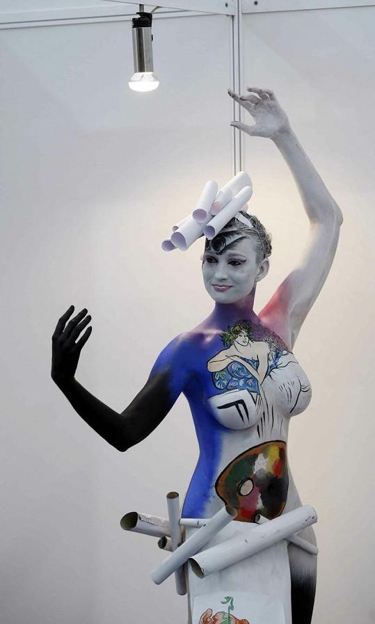 Některé modelky byly stylizovány jako sochy.