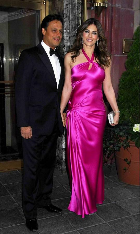 Krásná Liz Hurley s manželem Arunem Nayarem.