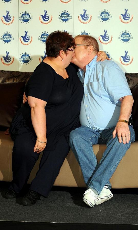 Šťastný pár se před kamerami políbil.