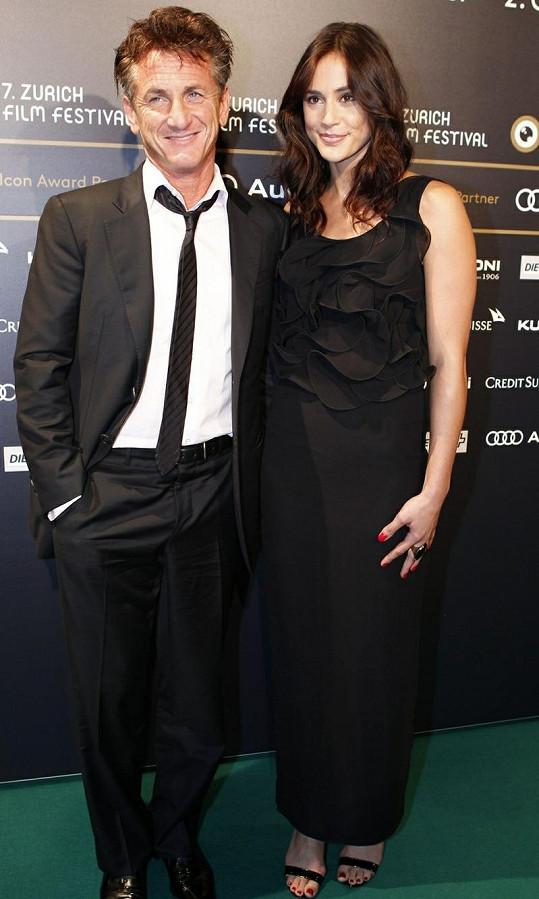 Sean Penn se svou přítelkyní Shannon Costello.