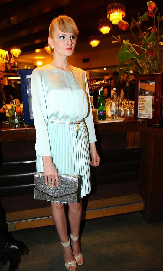 Retro kráska Iva Pazderková doplnila hedvábnou halenku stejně barevnou plizovanou sukní - vše z konfekce H&M. Šperky jsou značky Swarovski.