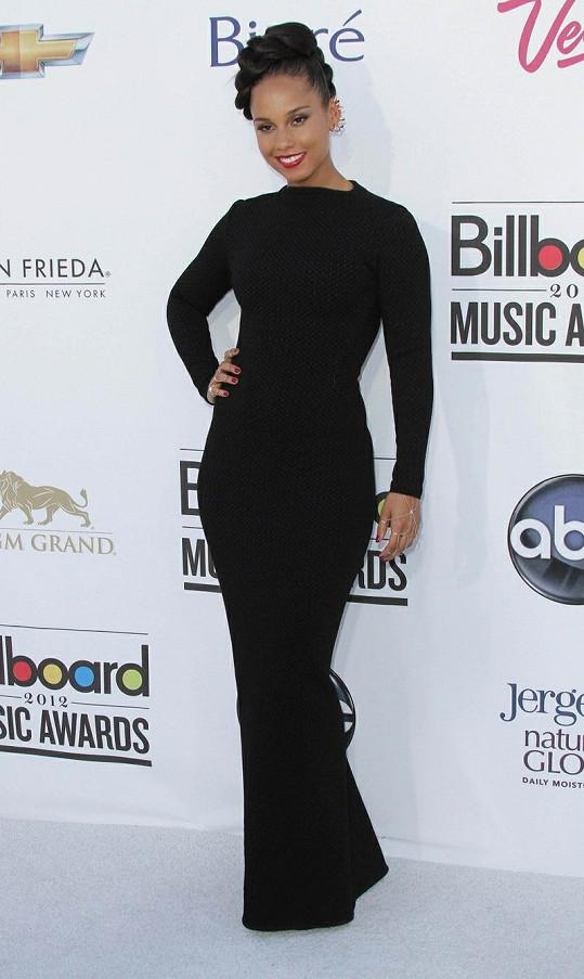 Alicia Keys nakráčela před MGM Grand Garden Arénu v přiléhavé střihově minimalistické couture róbě Azzedine Alaia. Šaty s dlouhými rukávy doplňovaly netradiční náušnice od Jennifer Fisher, lemující po celém obvodu boltce.