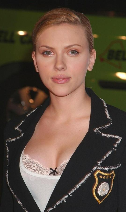 Scarlett Johansson na civilnější fotografii.