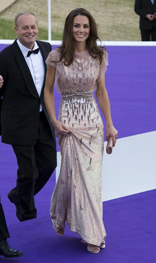 Princezna zvolila na charitativní událost broskvové šaty, lodičky i psaníčko do ruky.